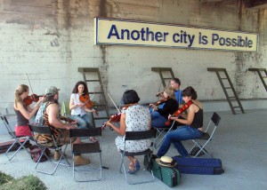 Amy Hofer leading a fiddle workshop